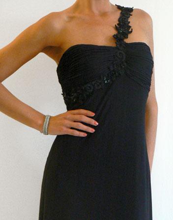 location robe de soiree noire avec une bretelle en dentelle noire location robe de soir e paris. Black Bedroom Furniture Sets. Home Design Ideas