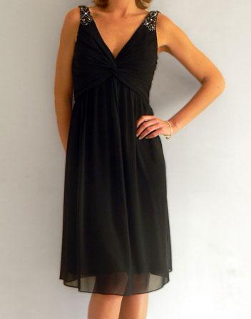 location de robe noire mi longue avec bijoux sur les bretelles robe noire de soir e louer. Black Bedroom Furniture Sets. Home Design Ideas