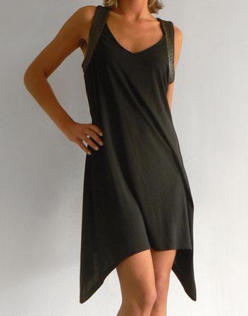 location de robe noire asym trique robe noire et bretelles en chaines en location avec tenue d. Black Bedroom Furniture Sets. Home Design Ideas